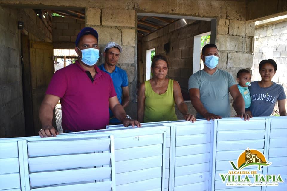 Donación de ventanas, a una familia de acasos recursos